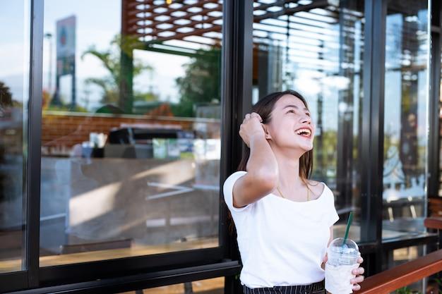 Het meisje glimlachte gelukkig naar de coffeeshop