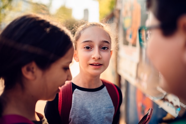 Het meisje hangt rond met vrienden op de straat na school