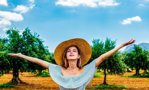 Het meisje heeft een rust in griekse olijftuin