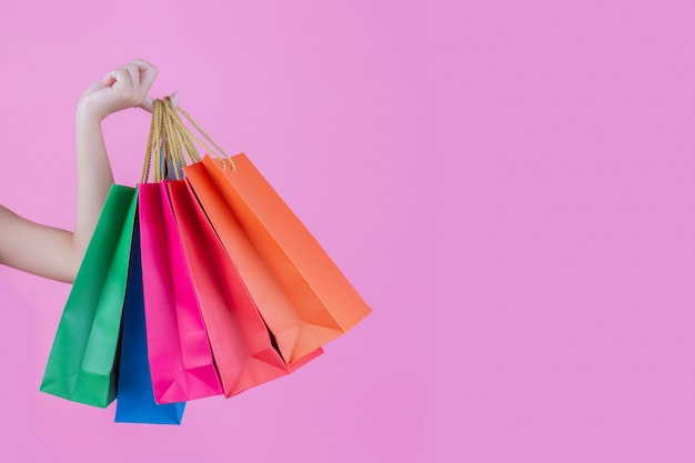 Het meisje heeft een trendy boodschappentas en schoonheid
