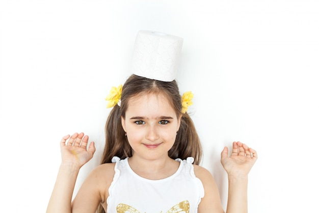 Het meisje houdt rollen wc-papier, huis, voorraden