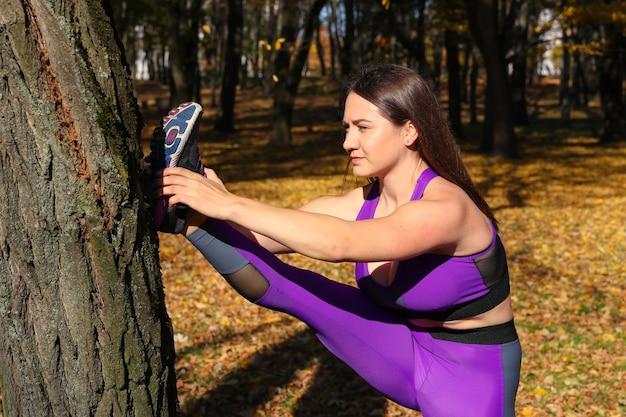Het meisje houdt zich bezig met sporten in het park. opwarmen voor de training