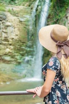 Het meisje in de hoed kijkt naar de bezienswaardigheden van georgia tbilisi.