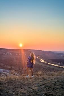 Het meisje in de zonsondergang.