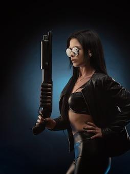 Het meisje in een leren jas met een jachtgeweer