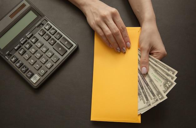 Het meisje in haar hand houdt een gele envelop met geld