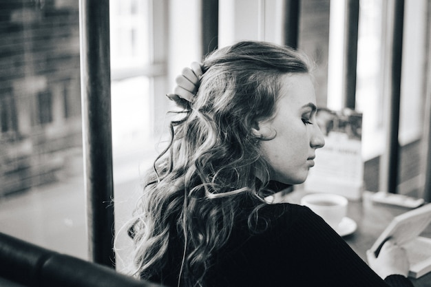 Het meisje in het café, een student of een manager, ontmoet vrienden in cafés, koffie en koffiepauze