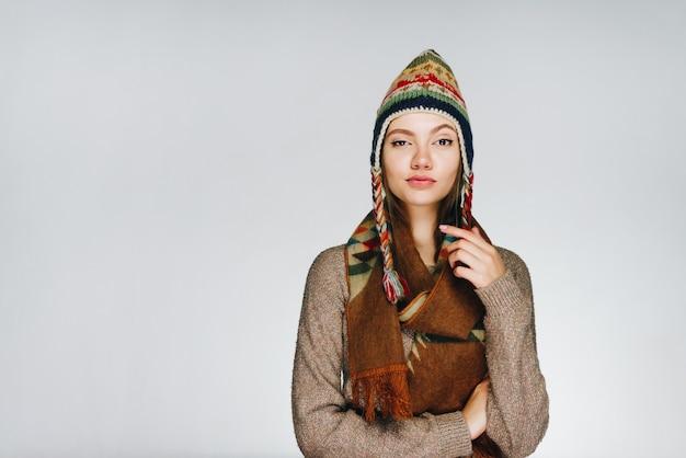 Het meisje in warme kleren kneep een oog tot spleetjes en pruilde lichtjes haar lippen.