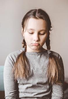 Het meisje is overstuur en van streek. wrok en verdriet op het gezicht.