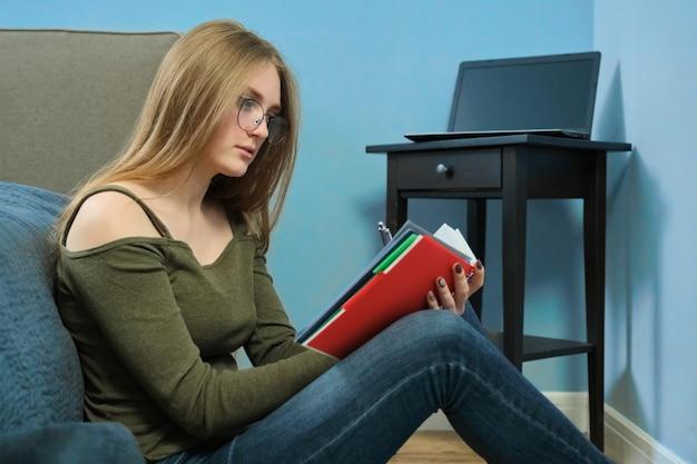 Het meisje is student thuis bestuderend