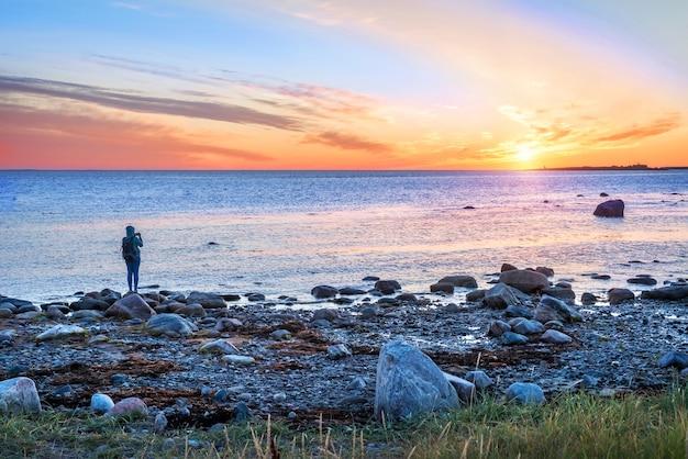 Het meisje kijkt naar de witte zee op de solovetsky-eilanden
