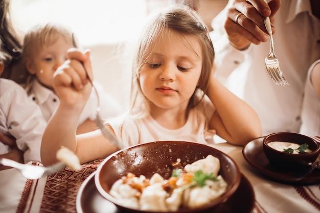 Het meisje kijkt nadenkend etend de bollen
