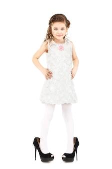 Het meisje kleedde geïsoleerde grote moederschoenen