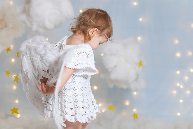 Het meisje kleedde zich als engel