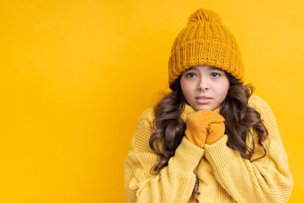 Het meisje kleedde zich in geel op een gele achtergrond
