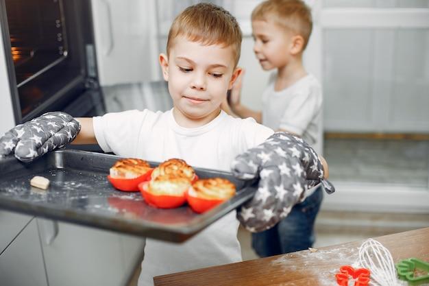 Het meisje kookt het deeg voor koekjes