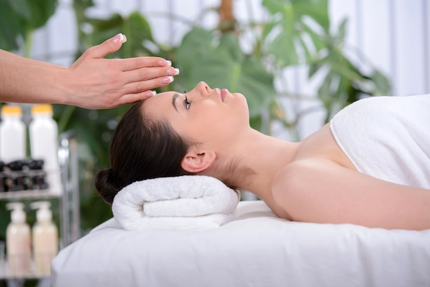 Het meisje kwam naar de spa-salon voor massage.