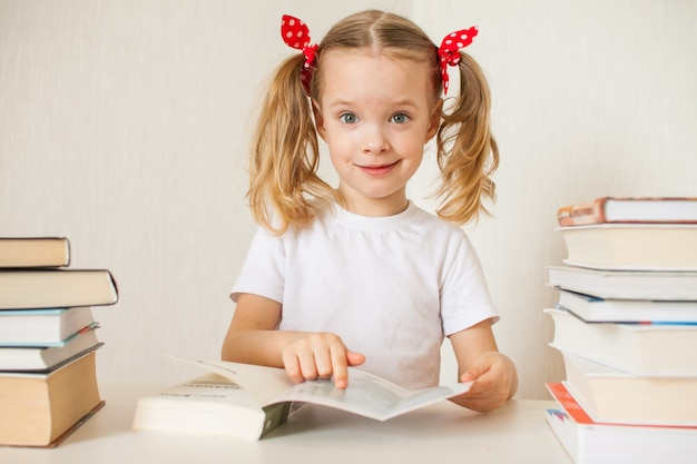 Het meisje leert thuis lessen. thuisonderwijs