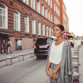 Het meisje loopt door de stad