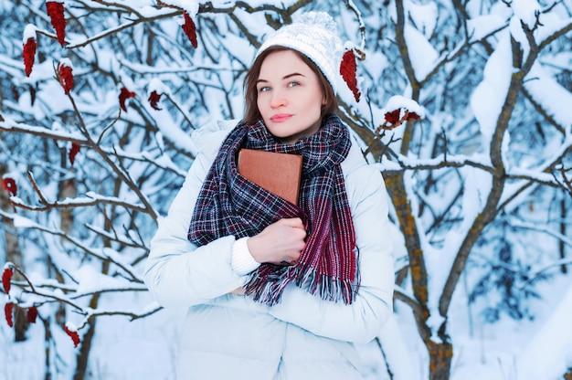Het meisje loopt door het winterbos