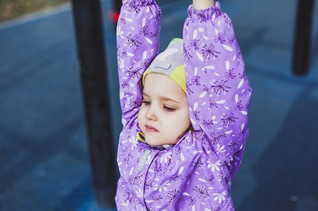 Het meisje loopt, hangend op de trap, beweging, jeugd, vreugde