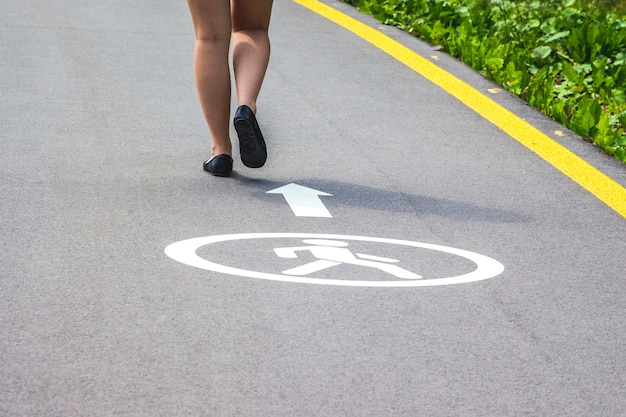 Het meisje loopt op een voetpad in een moderne stad tijdens een toeristische reis