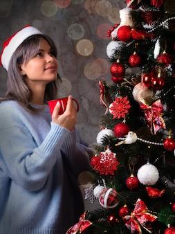 Het meisje met de kerstmuts dacht bij de kerstboom aan haar wensen