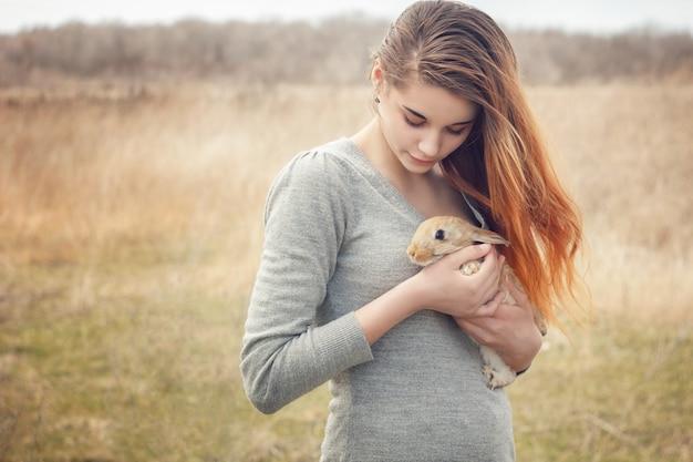 Het meisje met het konijn. gelukkig