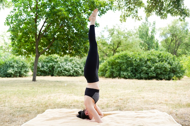 Het meisje oefent yoga en mediteert, aardachtergrond met exemplaar ruimte, gezonde levensstijl uit