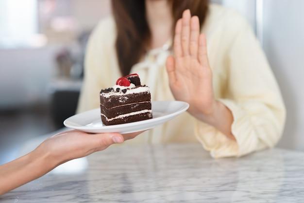 Het meisje ontkent snoep of cake te eten tijdens het dieet