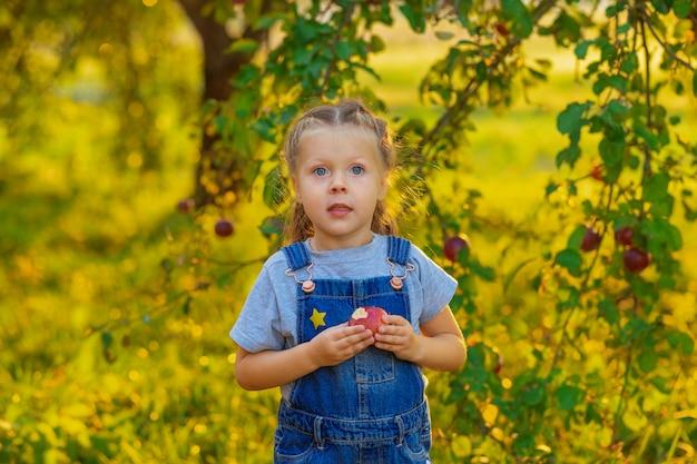 Het meisje oogstte van appels