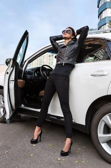 Het meisje over een witte auto