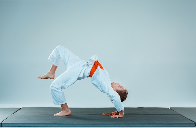 Het meisje poseren op aikido training in martial arts school. gezonde levensstijl en sport concept