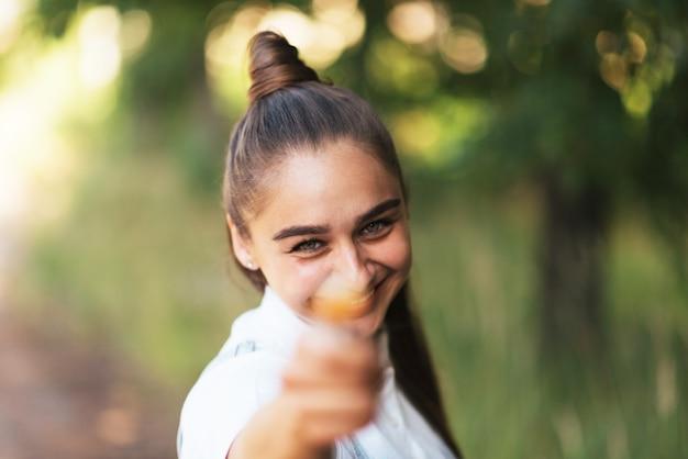 Het meisje toont het snoepje op een stokje in het frame. voor welk doel dan ook.