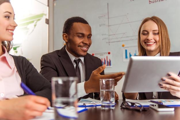 Het meisje toont iets op de tablet zakenpartner.
