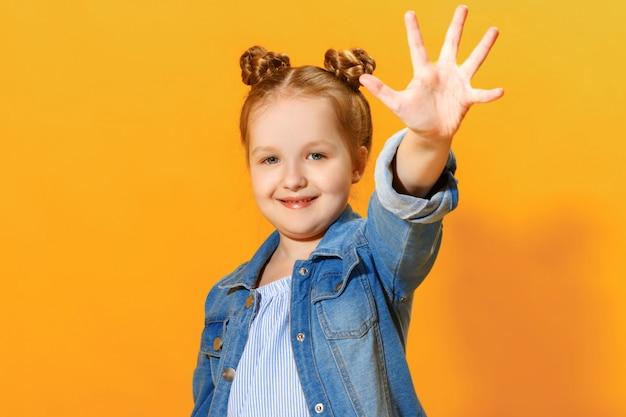 Het meisje toont palm, geef vijf.