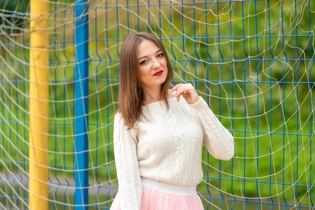 Het meisje trekt aan het net voor volleybal. hoge kwaliteit foto