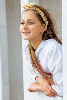 Het meisje van de schoonheid het stellen in het openlucht dichte omhooggaande manierportret