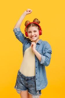 Het meisje van smiley het luisteren muziek