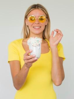 Het meisje van vooraanzichtsmiley met milkshake