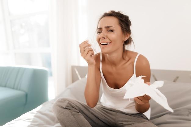 Het meisje veegt haar tranen af met servetten.