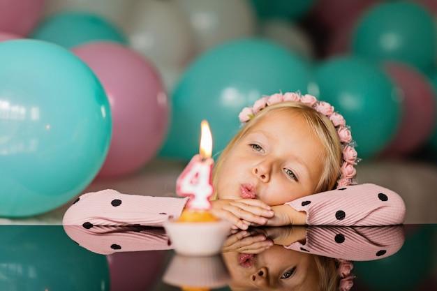 Het meisje viert 4 jaar oude verjaardag