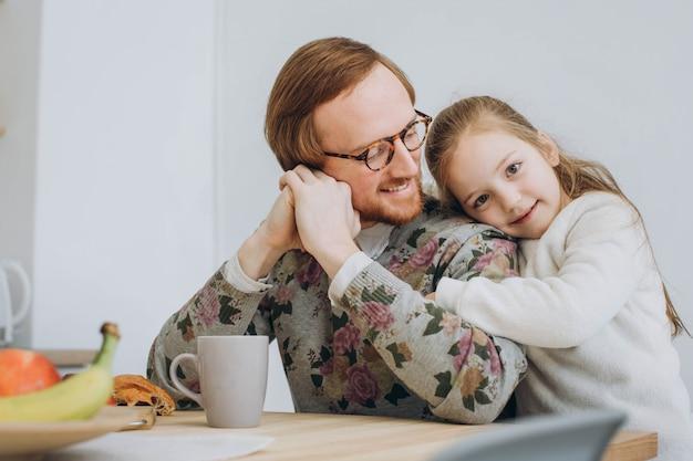 Het meisje wenst papa gelukkige vaderdag.