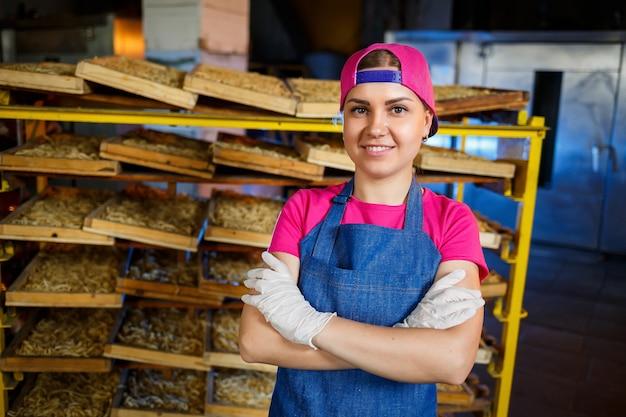 Het meisje werkt aan de productie van spaghetti. noedels maken. macaroni-fabriek.