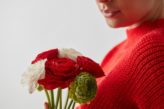 Het meisje zonder gezicht met boeket bloemen op een witte achtergrond met plaats onder tekst.