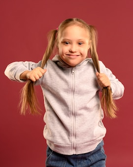 Het meisjeskind dat van het vooraanzicht haar haar houdt