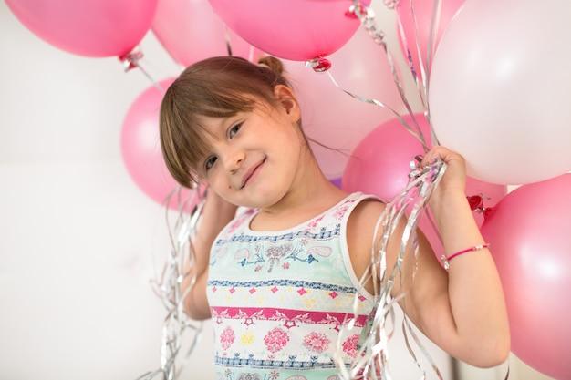 Het meisjeskind verheugt zich met de kinderjaren van het ballonconcept