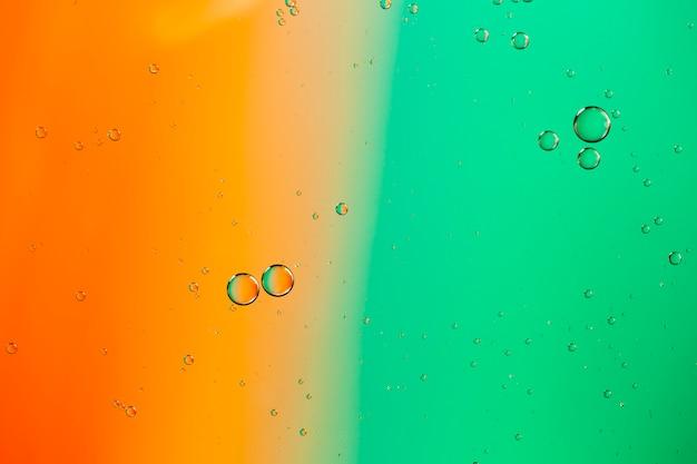 Het mengen van water en olie op een gekleurde vloeibare abstracte achtergrond