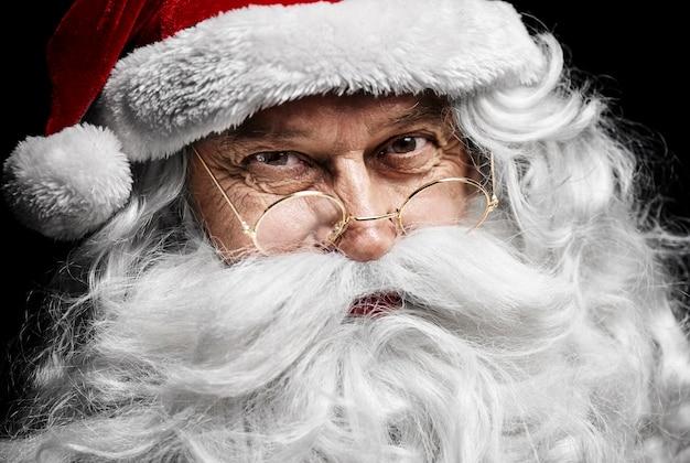 Het menselijk gezicht van de kerstman bij studio-opname