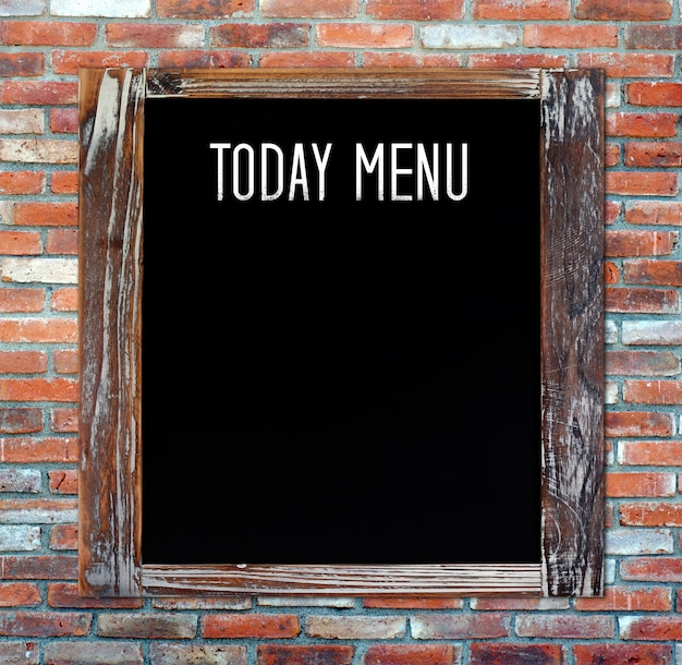 Het menu van vandaag op leeg uitstekend bord